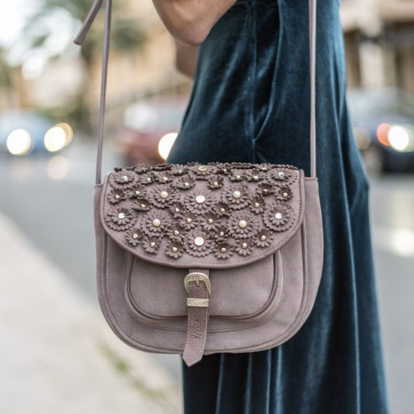 Bolso original con flores, perlas y tachas metálicas