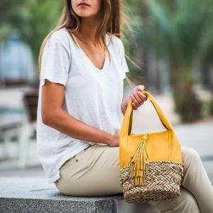 Astra es un mini bolso amarillo ocre en piel y base de palma trenzada bloverbags 2018