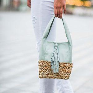 Astra es un mini bolso de piel y base de palma trenzada en color jade