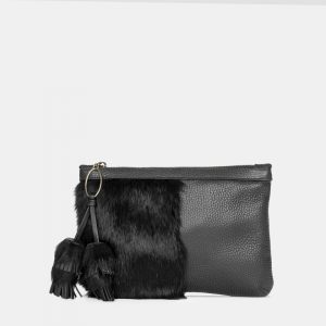 Este bolso cartera de mano de mujer está hecho en piel y pelo natural.
